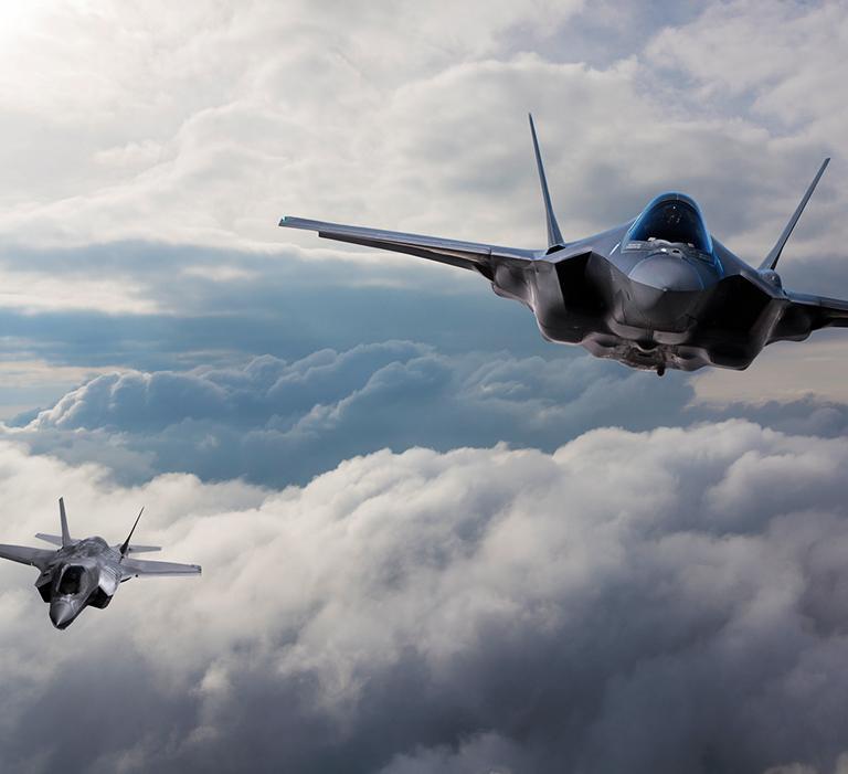 lecące dwa odrzutowce